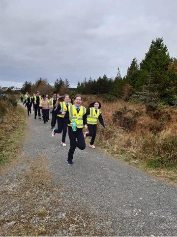 Mic léinn ag rith maratón na bpáistí i Scoil Cróine, Dún na nGall