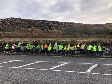 Mic léinn atá ag rith maratón na bpáistí i Scoil an Fhéirtéaraigh, Ciarraí